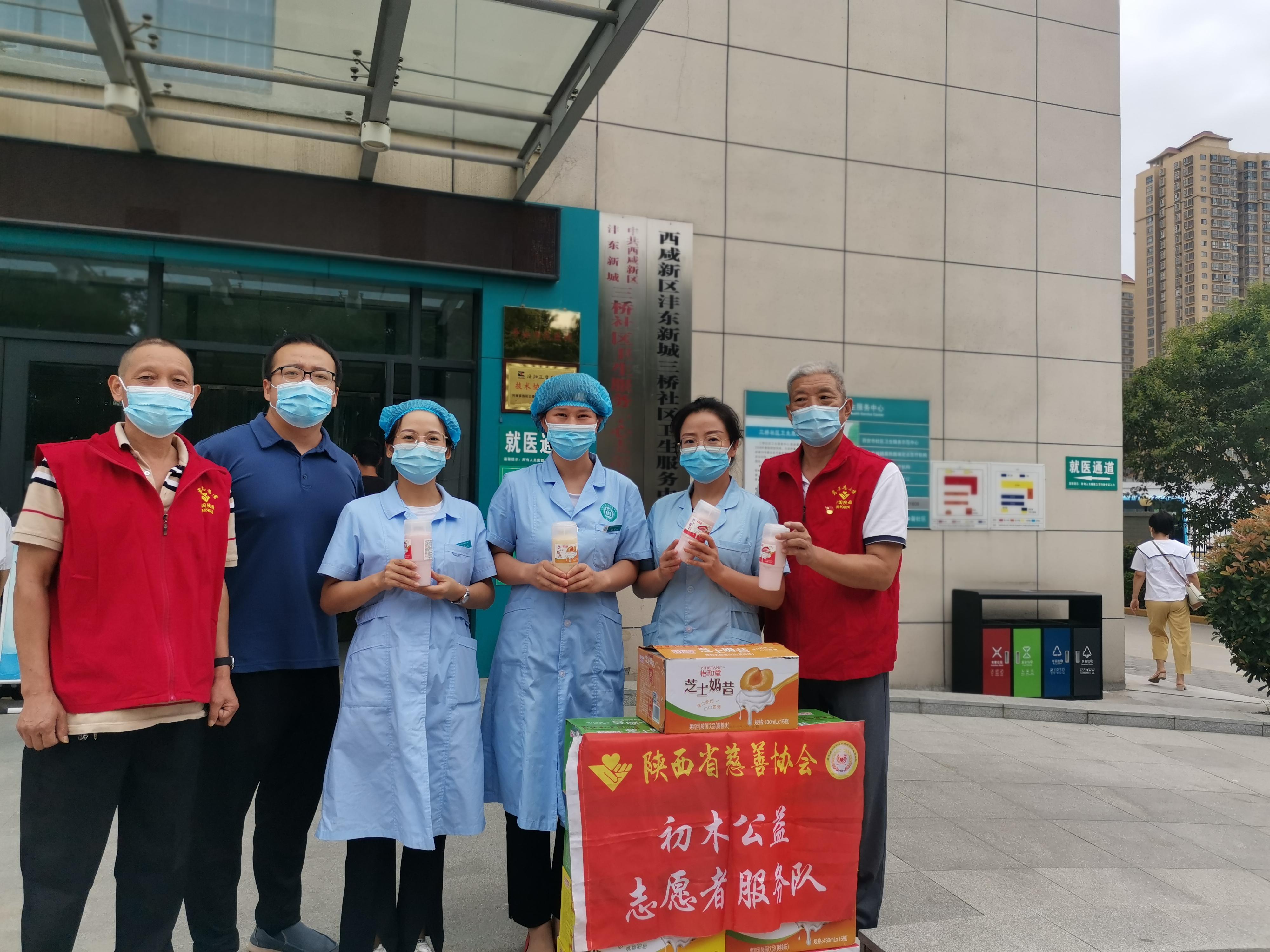 志愿者慰问社区疫情防控人员