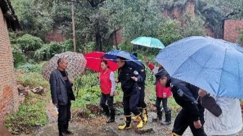 印台区王石凹街道警民协同劝离塌方区老人