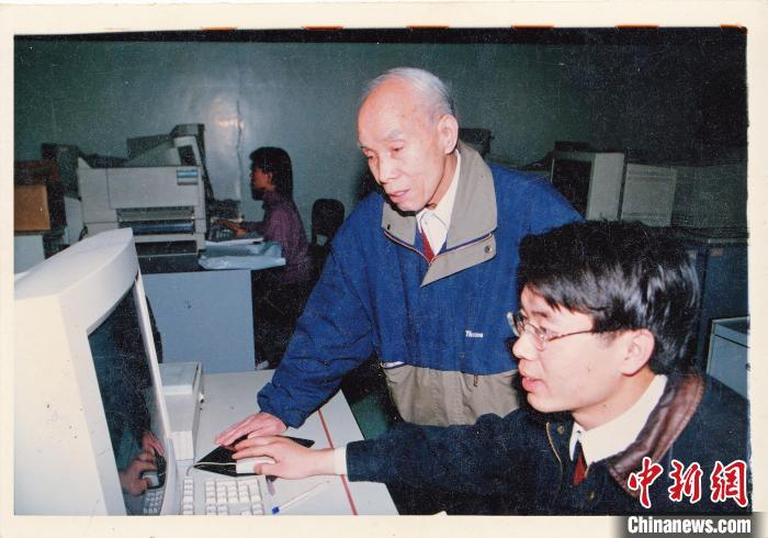 陈敬熊院士工作照。