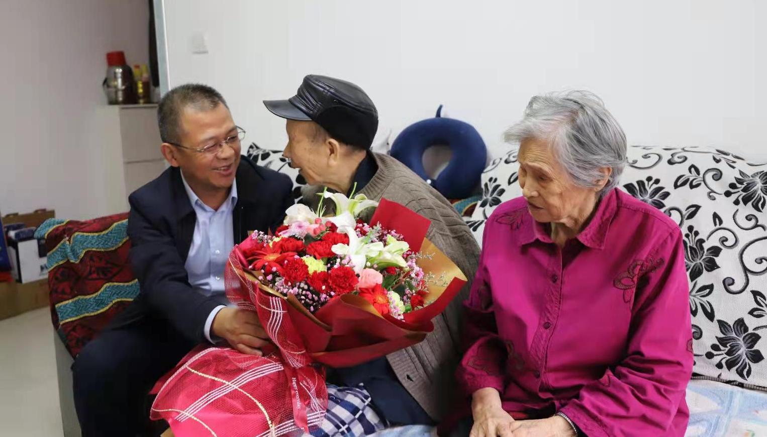 陕煤建设机电安装公司重阳节慰问高龄退休职工