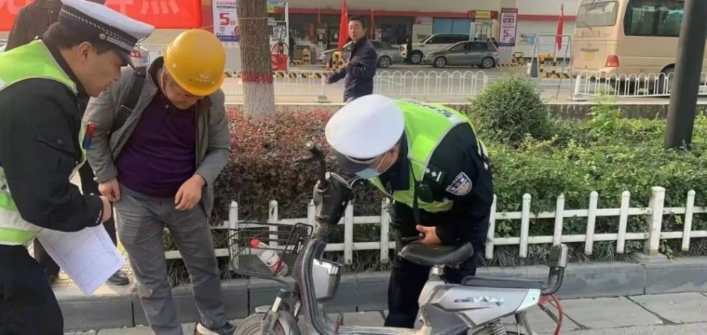 """渭城交警助民专项""""微行动"""" 解决居民""""微诉求"""""""