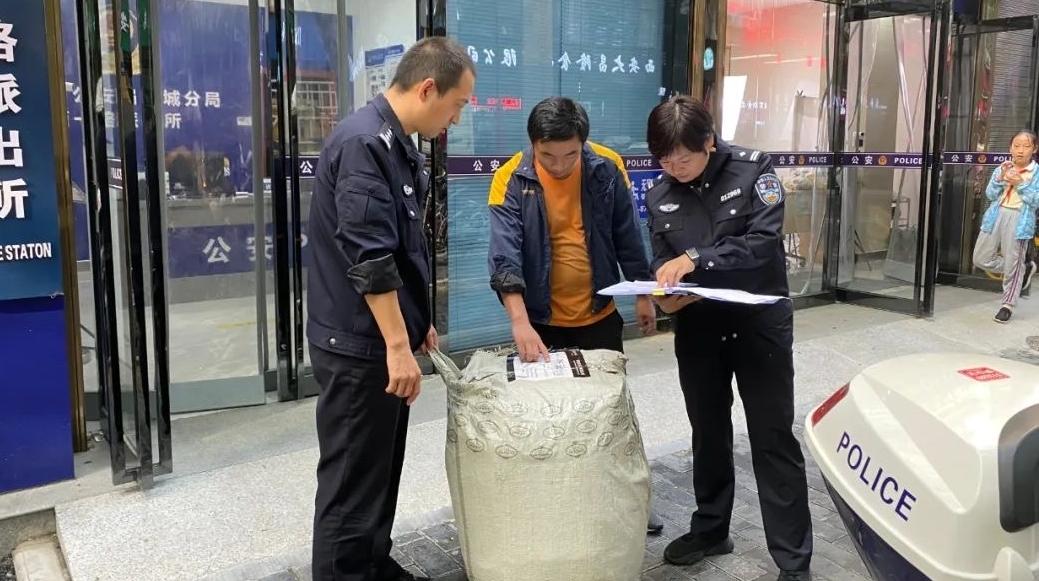 小哥遗失八万元贵重包裹   民警捡拾送回大件货物