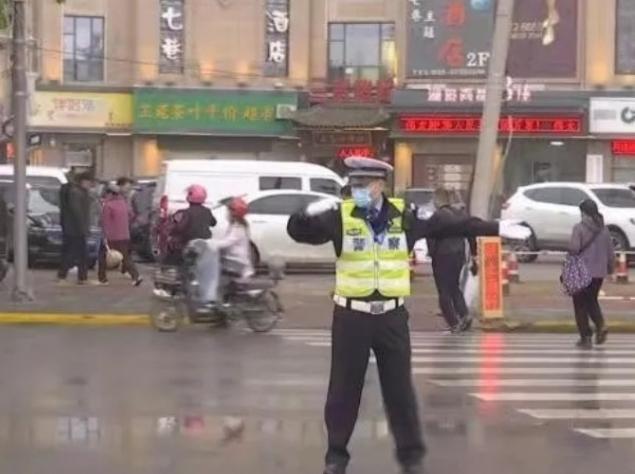 渭城交警全力保障花展交通安全
